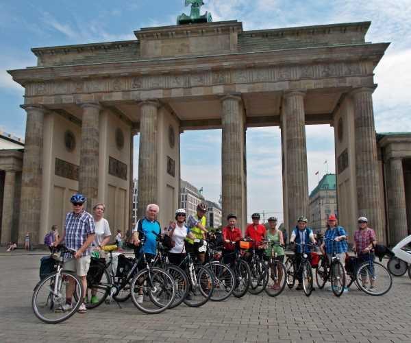 Delegation des ADFC Rendsburg vor dem Brandenburger Tor